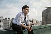 한국인, 비즈니스맨, 화이트칼라 (전문직), 맥주, 고독, 걱정 (어두운표정), 우울, 피로 (물체묘사), 스트레스 (컨셉), 심각, 걱정
