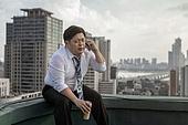 한국인, 비즈니스맨, 화이트칼라 (전문직), 맥주, 고독, 걱정 (어두운표정), 피로 (물체묘사), 스트레스 (컨셉), 심각, 휴대폰, 통화중 (움직이는활동)