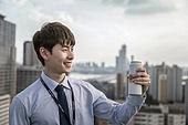 한국인, 비즈니스맨, 맥주, 차가운음료, 마시기, 쾌활한표정 (밝은표정), 신입사원