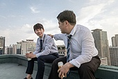 한국인, 비즈니스맨, 맥주, 청년 (성인), 대화, 커뮤니케이션 (주제), 성원 (컨셉), 커뮤니케이션문제 (커뮤니케이션), 대화 (말하기), 화이팅, 결의, 고용문제