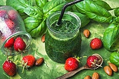 smoothie of spinach and strawberry