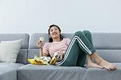 여성, 텔레비전 (전기용품), 관중 (역할), 소파, 눕기 (몸의 자세), 미소