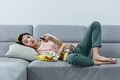 여성, 텔레비전 (전기용품), 관중 (역할), 소파, 눕기 (몸의 자세)