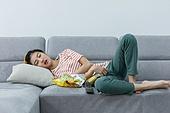 여성, 텔레비전 (전기용품), 관중 (역할), 소파, 눕기 (몸의 자세), 잠