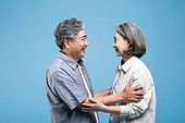 60-69세 (노인), 커플, 미소, 행복, 마주보기 (위치묘사), 애정 (밝은표정), 쓰다듬기 (만지기)