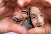 노인 (성인), 노인커플 (이성커플), 미소, 손가락하트 (손짓), 사랑 (컨셉), 행복