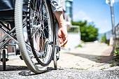 보행자구역 (인조공간), 보행자구역, 보행로 (길), 휠체어, 신체장애 (장애), 장애, 신체장애, 문제, 사회이슈 (주제), 불편함 (어두운표정), 소외계층, 인권