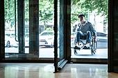 휠체어, 장애, 신체장애 (장애), 출입구 (건물특징), 회전문 (문), 불편함 (어두운표정), 고역 (컨셉), 인권 (사회이슈)