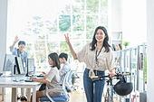 스타트업, 사무실, 여성, 출퇴근 (여행하기), 미소, 만족, 웨이빙 (제스처)