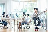 스타트업, 사무실, 여성, 출퇴근 (여행하기), 미소, 만족, 스케이트보드