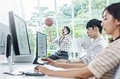 스타트업, 사무실, 벤처사업가 (역할), 남성, 농구공, 스마트폰, 통화중, 미소