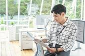 스타트업, 사무실, 벤처사업가 (역할), 비즈니스맨 (사업가), 서류, 분석 (응시)