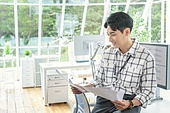 스타트업, 사무실, 벤처사업가 (역할), 비즈니스맨 (사업가), 서류, 분석 (응시), 미소