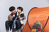 아빠, 아들, 캠핑, 함께함 (컨셉), 천체망원경 (현미경), 미소, 마주보기 (위치묘사)