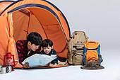 아빠, 아들, 캠핑, 함께함 (컨셉), 엎드림 (눕기), 지도