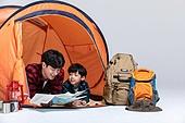 아빠, 아들, 캠핑, 함께함 (컨셉), 엎드림 (눕기), 지도, 미소