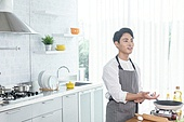 쿠킹클래스, 일생활균형 (컨셉), 배움 (컨셉), 주방 (건설물), 수업중 (교육), 요리사, 설명, 미소
