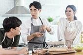 쿠킹클래스, 일생활균형 (컨셉), 배움 (컨셉), 주방 (건설물), 수업중 (교육), 설명, 음식재료, 미소