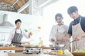 쿠킹클래스, 일생활균형 (컨셉), 배움 (컨셉), 주방 (건설물), 수업중 (교육), 커플 (인간관계), 미소
