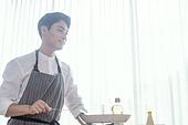 쿠킹클래스, 일생활균형 (컨셉), 배움 (컨셉), 주방 (건설물), 수업중 (교육), 남성, 요리사, 미소