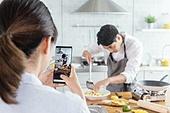 쿠킹클래스, 일생활균형 (컨셉), 배움 (컨셉), 주방 (건설물), 수업중 (교육), 요리사, 스마트폰, 촬영