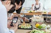 쿠킹클래스, 일생활균형 (컨셉), 배움 (컨셉), 주방 (건설물), 수업중 (교육), 스마트폰, 촬영, 플레이팅