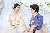 결혼식, 신부 (결혼식역할), 대기실 (공공건물), 엄마 (부모), 손잡기 (홀딩), 미소