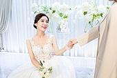 결혼식, 신부 (결혼식역할), 대기실 (공공건물), 친구, 손잡기 (홀딩), 미소