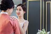 결혼식, 신부 (결혼식역할), 대기실 (공공건물), 엄마 (부모), 포옹, 감사, 미소