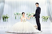 남성, 여성, 결혼식, 신부대기실, 커플, 손잡기 (홀딩), 미소, 마주보기 (위치묘사)