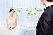 남성, 여성, 결혼식, 신부대기실, 커플, 마주보기 (위치묘사), 기다림 (정지활동), 애정 (밝은표정), 미소