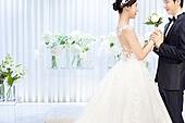 남성, 여성, 결혼식, 신부대기실, 커플, 부케, 손잡기 (홀딩), 미소, 애정 (밝은표정)