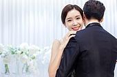 남성, 여성, 결혼식, 신부대기실, 커플, 포옹, 애정 (밝은표정), 미소, 행복