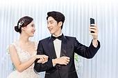 남성, 여성, 결혼식, 신부대기실, 커플, 스마트폰, 셀프카메라 (포즈취하기), 미소