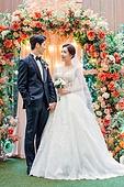 남성, 여성, 결혼식, 커플, 손잡기, 미소, 마주보기 (위치묘사)