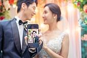 남성, 여성, 결혼식, 커플, 스마트폰, 초대장 (축하카드), 미소, 초대장, 마주보기 (위치묘사)
