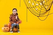 할로윈 (홀리데이), 어린이 (인간의나이), 호박등 (랜턴), 소녀, 앉기 (몸의 자세), 미소, 즐거움