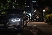 밤 (시간대), 자동차, 골목길 (도시도로), 자동차 (자동차류), 승용차, 헤드라이트 (교통수단조명)