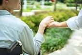 협력 (컨셉), 함께함 (컨셉), 사회이슈 (주제), 소외계층, 편견 (사회이슈), 인권, 도움, 도움의손길, 휠체어, 신체장애 (장애), 환자, 손잡기 (홀딩), 간병인