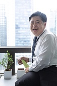 한국인, 비즈니스맨, 화이트칼라 (전문직), 식물, 화분, 화분식물, 화분담기 (원예), 흩뿌리기 (움직이는활동), 행복, 행복 (컨셉)