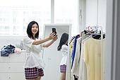 여성, 싱글라이프 (주제), 라이프스타일 (주제), 방, 스마트폰, 미소