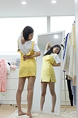 여성, 싱글라이프 (주제), 라이프스타일 (주제), 옷, 방, 지퍼, 짜증 (컨셉)