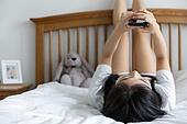 여성, 싱글라이프 (주제), 라이프스타일 (주제), 침실, 침대, 다리올리기, 채팅, 스마트폰, 인터넷서핑 (격언)
