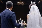 결혼식 (결혼), 결혼식장 (건설물), 신부 (결혼식역할), 행진 (걷기), 아빠 (부모), 손잡기, 미소