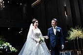 결혼식 (결혼), 결혼식장 (건설물), 신부 (결혼식역할), 행진 (걷기), 아빠 (부모), 손잡기 (홀딩), 미소