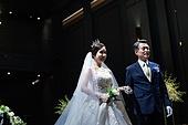 결혼식 (결혼), 결혼식장 (건설물), 신부 (결혼식역할), 행진 (걷기), 아빠 (부모), 손잡기 (홀딩)