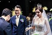 결혼식 (결혼), 결혼식장 (건설물), 신부 (결혼식역할), 행진 (걷기), 아빠 (부모), 손잡기, 미소, 수줍음 (감정)
