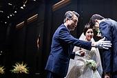 결혼식 (결혼), 결혼식장 (건설물), 신부 (결혼식역할), 행진 (걷기), 아빠 (부모), 손잡기, 미소, 밝은표정, 성원 (컨셉)