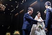 결혼식 (결혼), 결혼식장 (건설물), 신부 (결혼식역할), 행진 (걷기), 아빠 (부모), 손잡기, 미소, 밝은표정
