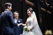 결혼식 (결혼), 결혼식장 (건설물), 신부 (결혼식역할), 행진 (걷기), 아빠 (부모), 손잡기, 미소, 행복